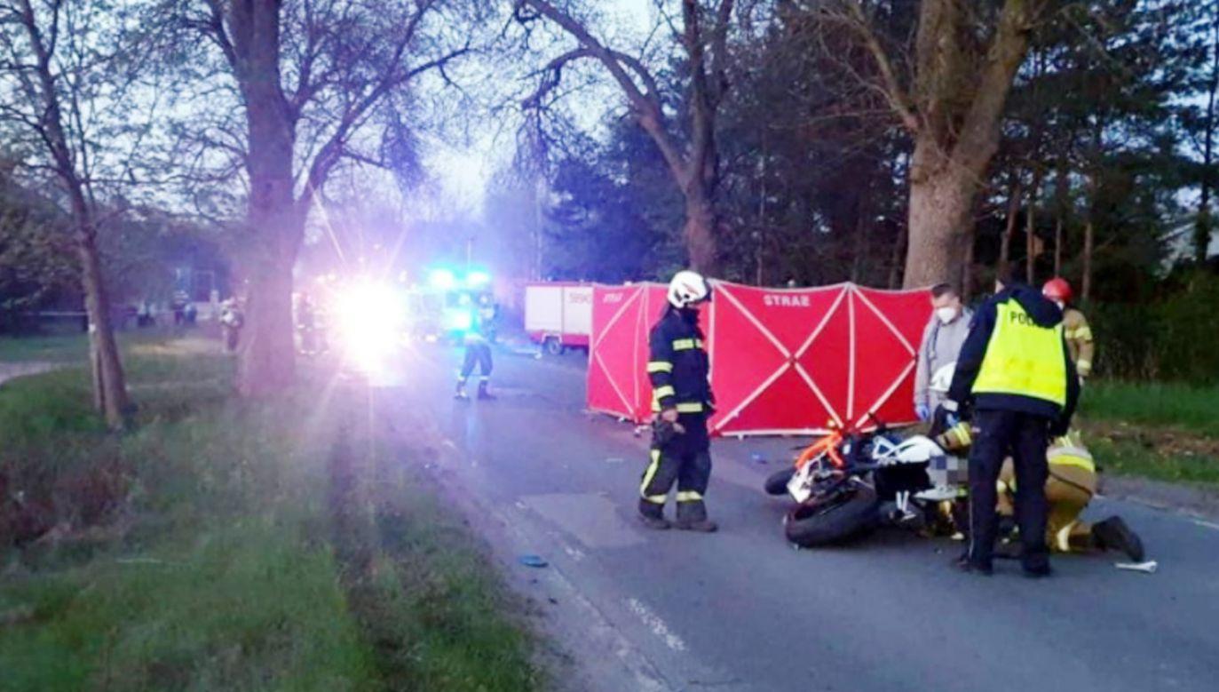 22-latka wyprzedzając inny pojazd doprowadziła do czołowego zderzenia z motocyklami (fot. PSP Zgierz)