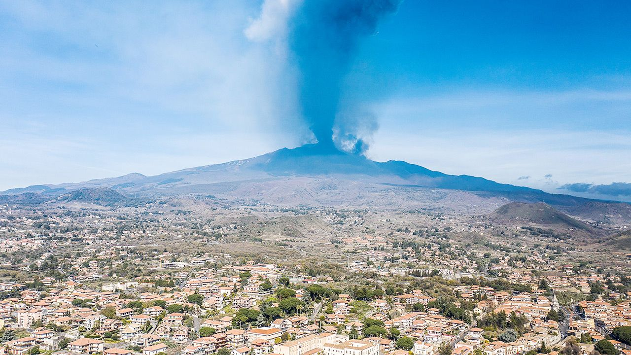 Wielka chmura dymu nad Etną na Sycylii (fot. Fabrizio Villa/Getty Images)
