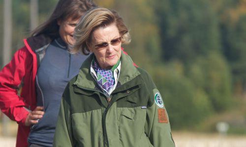 Zakłada norweska królowa Sonja (w czasie odwiedzin u archeologów w 2012 roku). Fot. Ragnar Singsaas/Getty Images