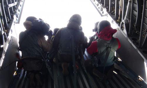 Załoga wojskowej Casy otwiera rampę, fotografowie siadają na jej krawędzi. Fot.: Paweł Szot