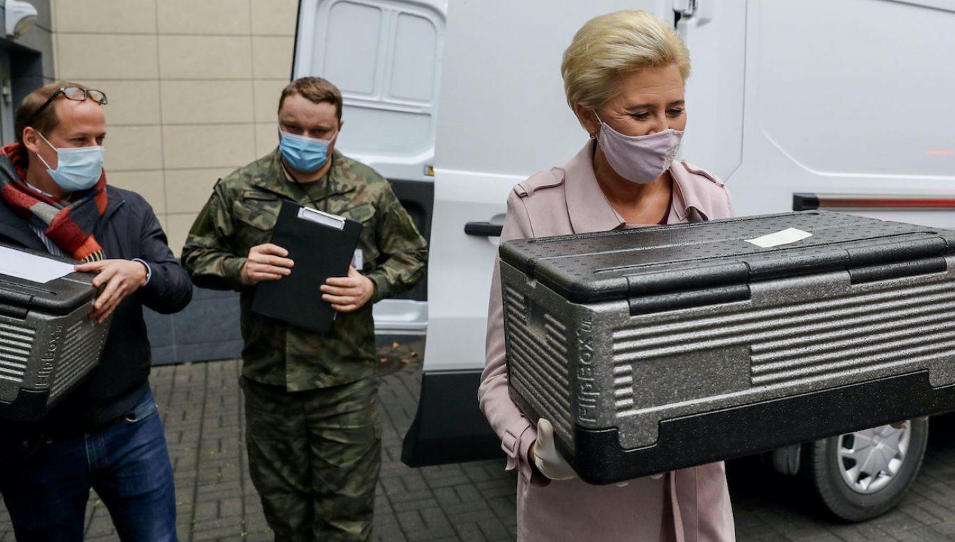 Pierwsza dama przez 5 dni w tygodniu rozwozi obiady dla Powstańców Warszawskich (fot. Grzegorz Jakubowski/KPRP)