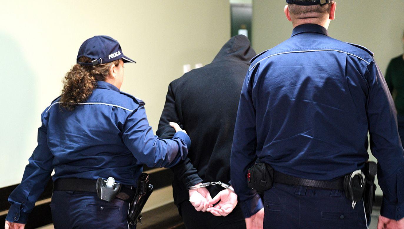 Andrea Cristina P., 36-letnia Brazylijka, w drodze na salę rozpraw w Sądzie Okręgowym w Przemyślu (fot. arch. PAP/Darek Delmanowicz)