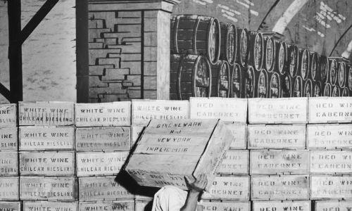 """Skrzynie wina czekające na wywóz z magazynu w Santiago de Chile, 1952 r. Skrzynie oznaczone są jako """"chilijski Riesling"""" i """"Cabernet"""". Fot. Kostich / FPG / Hulton Archiwum / Getty Images"""