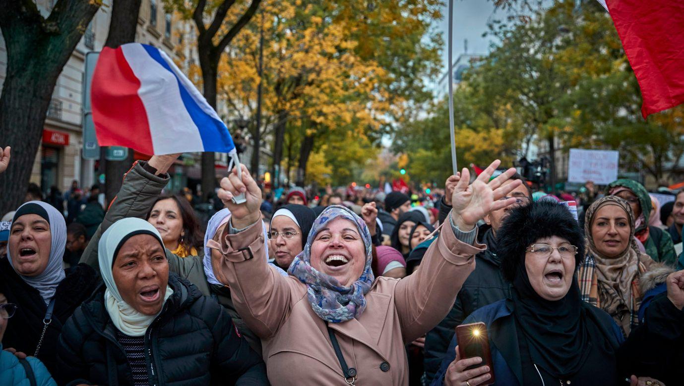 We Francji co pewien czas odbywają się marsze przeciwko islamofobii. W październiku 2019 roku na ulice Paryża też wyszły tłumy, aby zaprotestować przeciwko temu narastającemu - ich zdaniem – fenomenowi. Fot. Kiran Ridley/Getty Images