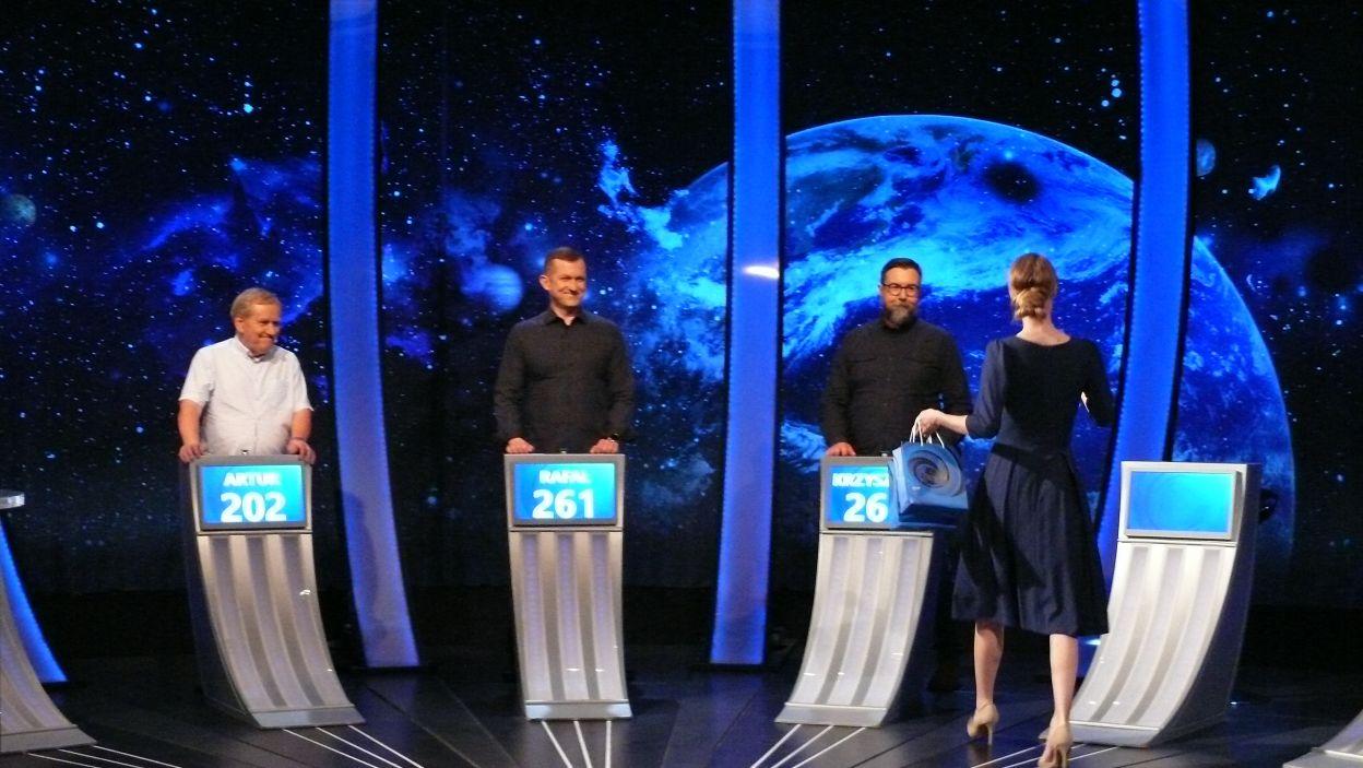 Pani Sylwia wręcza nagrody finaliście i zwycięzcom 17 odcinka 125 edycji