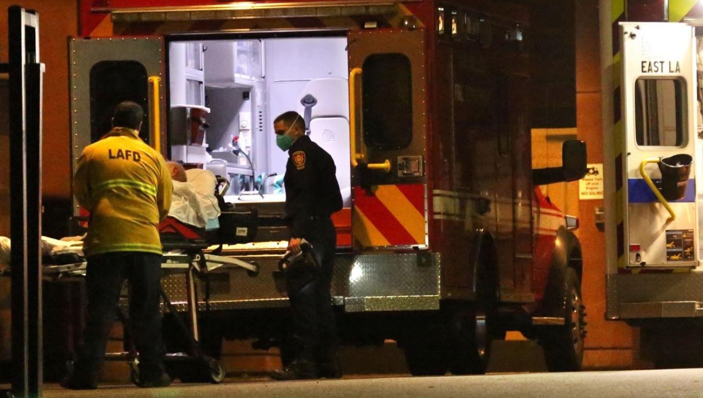 Na COVID-19 zmarło już przeszło 397 tys. Amerykanów (fot. Genaro Molina / Los Angeles Times via Getty Images)