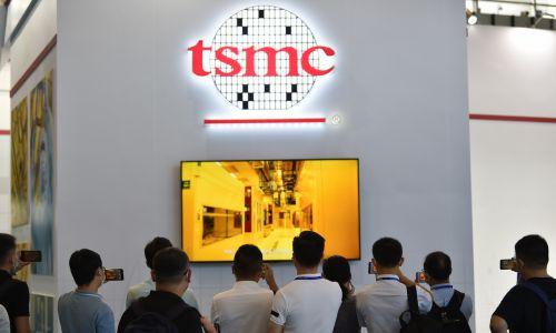 Aby uzmysłowić sobie, z jak gwałtownym rozwojem mamy tu do czynienia: w 1998 procesor komputerowy składał się z 8 milionów tranzystorów. W 2018 roku procesory w smartfonach zawierały ich 7 miliardów. Na zdjęciu: ludzie nagrywają prezentację TSMC na stoisku firmy podczas Światowej Konferencji Półprzewodników 2020 w Nanjing International Expo Center 27 sierpnia 2020 r. w Chinach. Fot. Fang Dongxu/VCG via Getty Images