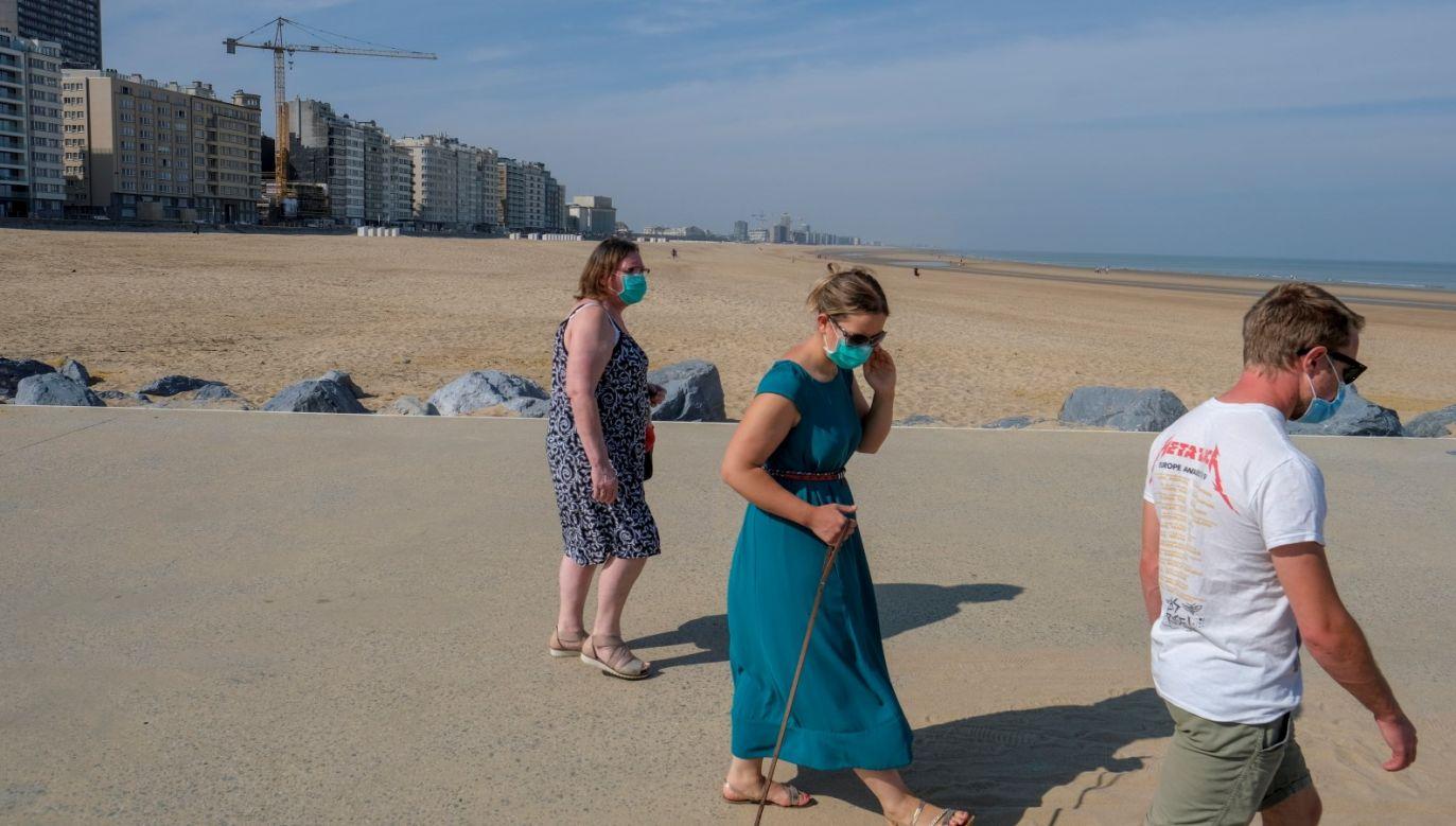 Od 10 maja Belgowie mogą odwiedzać się w domach i spotykać się w ograniczonej grupie. (fot. PAP/EPA/OLIVIER HOSLET)