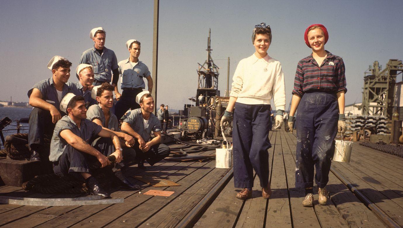 1943 rok. Dżins jeszcze tylko dla wyzwolonych kobiet. Te dwie damy, w spodniach z denimu, pracują dla  Electric Boat Co. i zajmują się malowaniem statków. Electric Boat Co. w czasie II wojny wyprodukowała 70 łodzi podwodnych oraz ponad 400 okrętów. Fot.  Bernard Hoffman/The LIFE Picture Collection via Getty Images