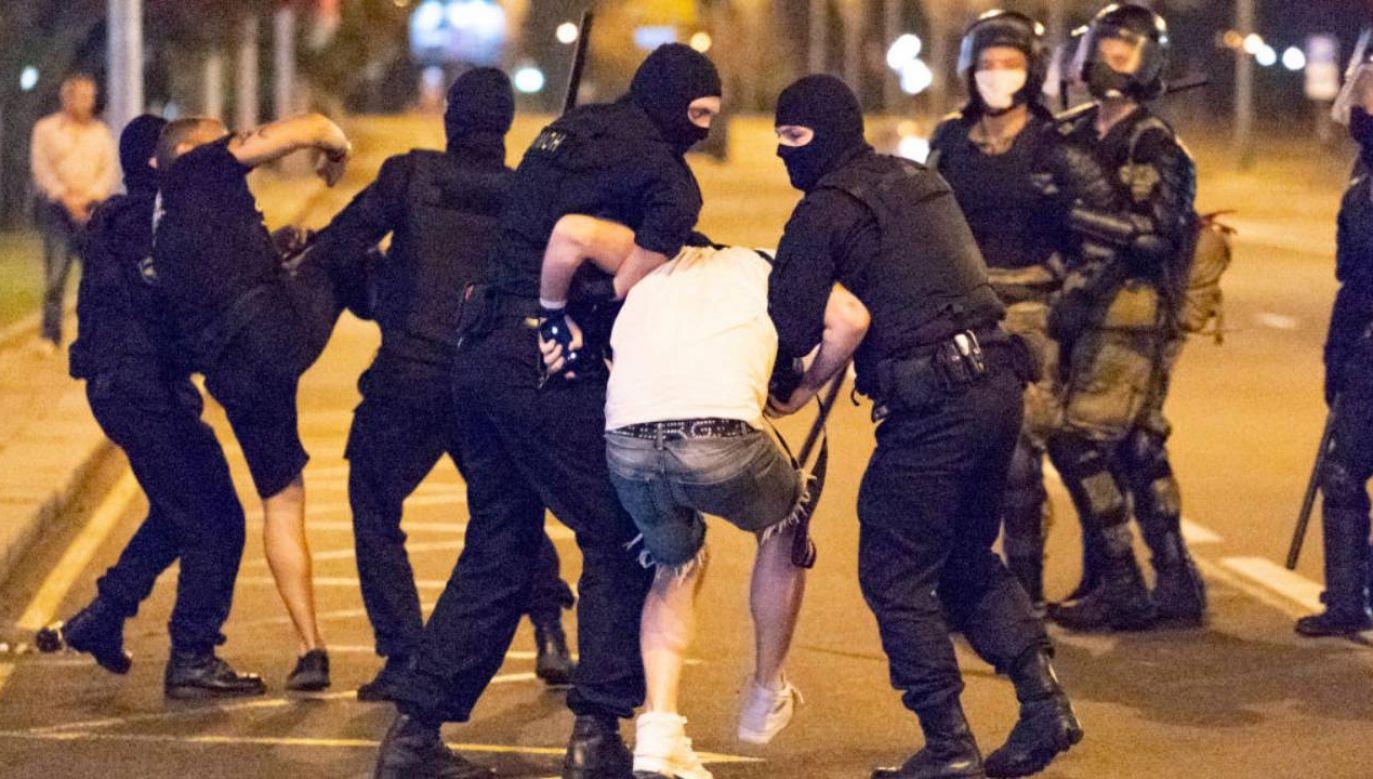 Wymienił liczbę około 50 osób rannych podczas nocnych protestów i około 30 poszkodowanych milicjantów (fot. Celestino Arce/NurPhoto via Getty Images)