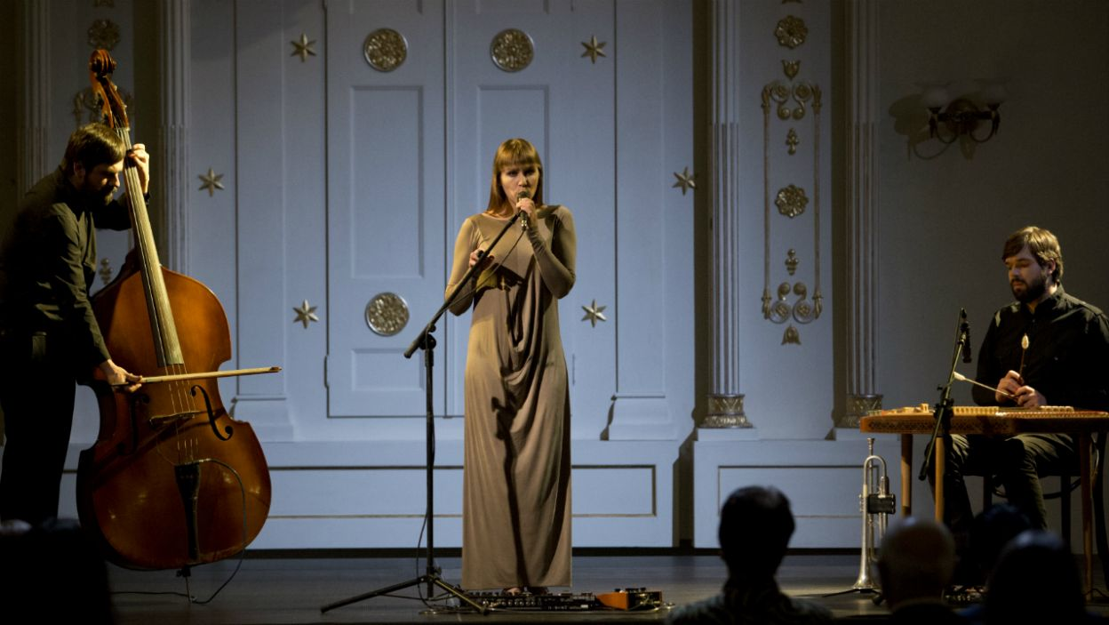 Tymczasem Alicja otrzymuje od Adama Frejncza zaproszenie do Synagogi na koncert żydowskich pieśni miłosnych (fot. Krzysztof Wiktor)