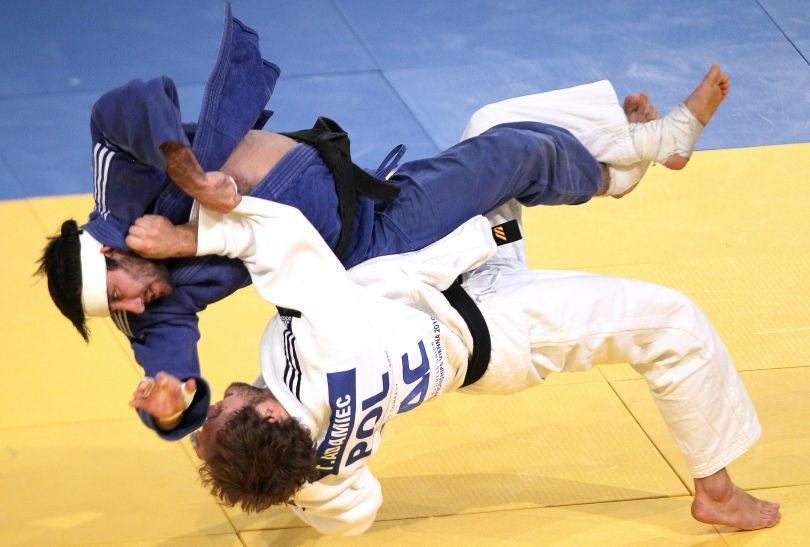 Mansur Isaev (z lewej) w walce z Tomaszem Adamcem (fot.PAP/EPA)