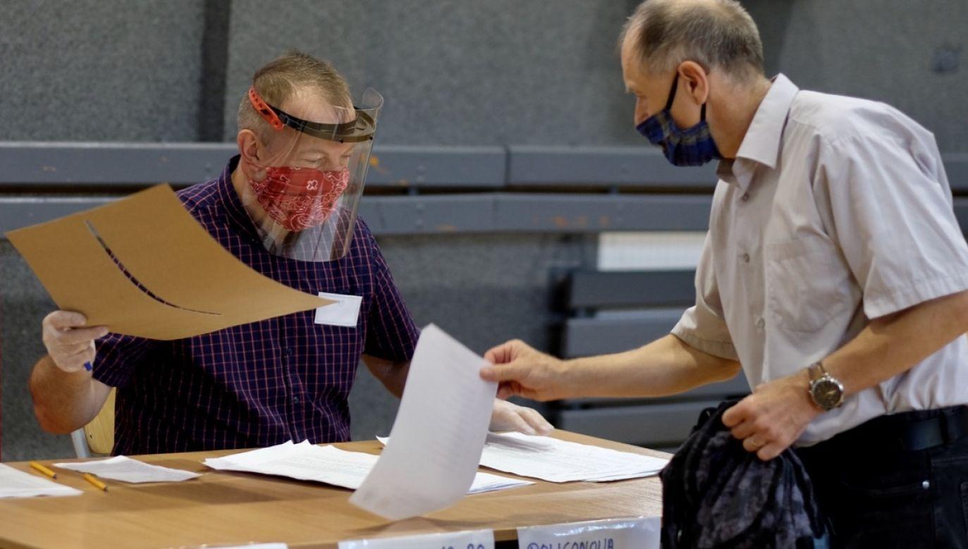 Seniorzy z Poznania będą mogli za darmo dojechać taksówką do lokalu wyborczego (fot. PAP/Andrzej Grygiel)