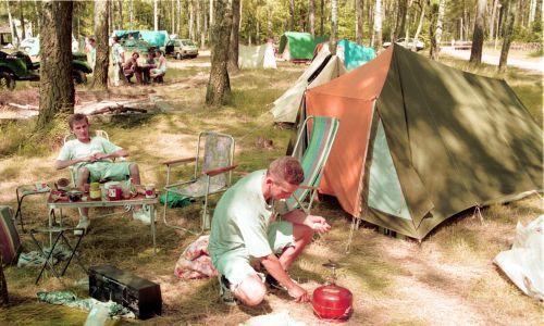 """Biwak nad Jeziorem Białym, na szlaku Kanału Augustowskiego. Prócz brezentowego, przeciekającego niestety namiotu, zabierało się butlę gazową i paprykarz szczeciński, a jęsli ktoś miał szczęście, to pojechał na camping """"maluchem"""", czyli fiatem 126p. Fot. PAP/Zdzisław Lenkiewicz"""