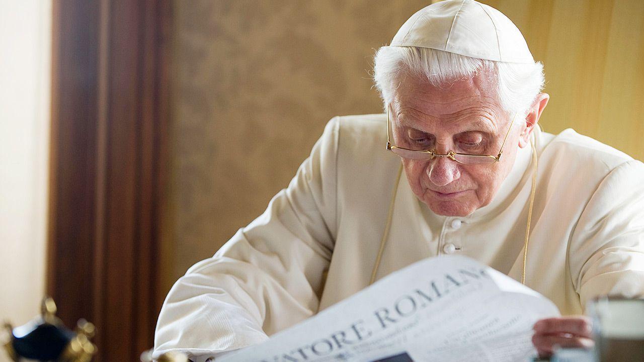 Papież senior nadal ma siłę śledzić informacje ze świata (fot. L'Osservatore Romano - Vatican Pool via Getty Images)