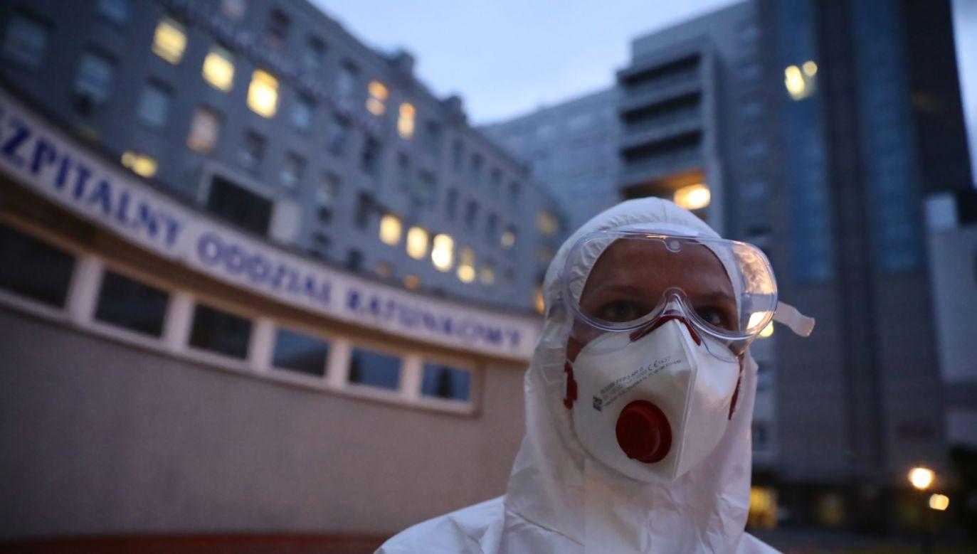 Personel medyczny Szpitalnego Oddziału Ratunkowego podczas pracy w szpitalu MSWiA w Warszawie (fot. PAP/Leszek Szymański)
