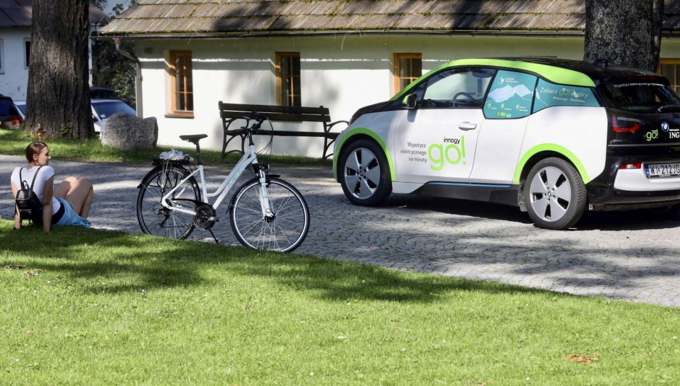 Co czwarty Polak rozważa zakup w przyszłości pojazdu z napędem elektrycznym  (fot. PAP/Grzegorz Momot)
