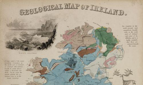 Geograficzna mapa przedstawiająca formacje skalne na terenie Irlandii, narysowana i grawerowana przez Johna Emsliego. Na rysunku przedstawiono też Groblę Olbrzyma (formacja skalna na wybrzeżu Irlandii Północnej), The Twelve Pins (pasmo górskie z ostro zakończonych szczytów i grzbietów kwarcytu w Parku Narodowym Connemara na zachodzie kraju) oraz szkielet wymarłego łosia irlandzkiego. Ta ręcznie kolorowana grawerowana płyta została wydana w Londynie w 1850 r. Fot. SSPL / Getty Images