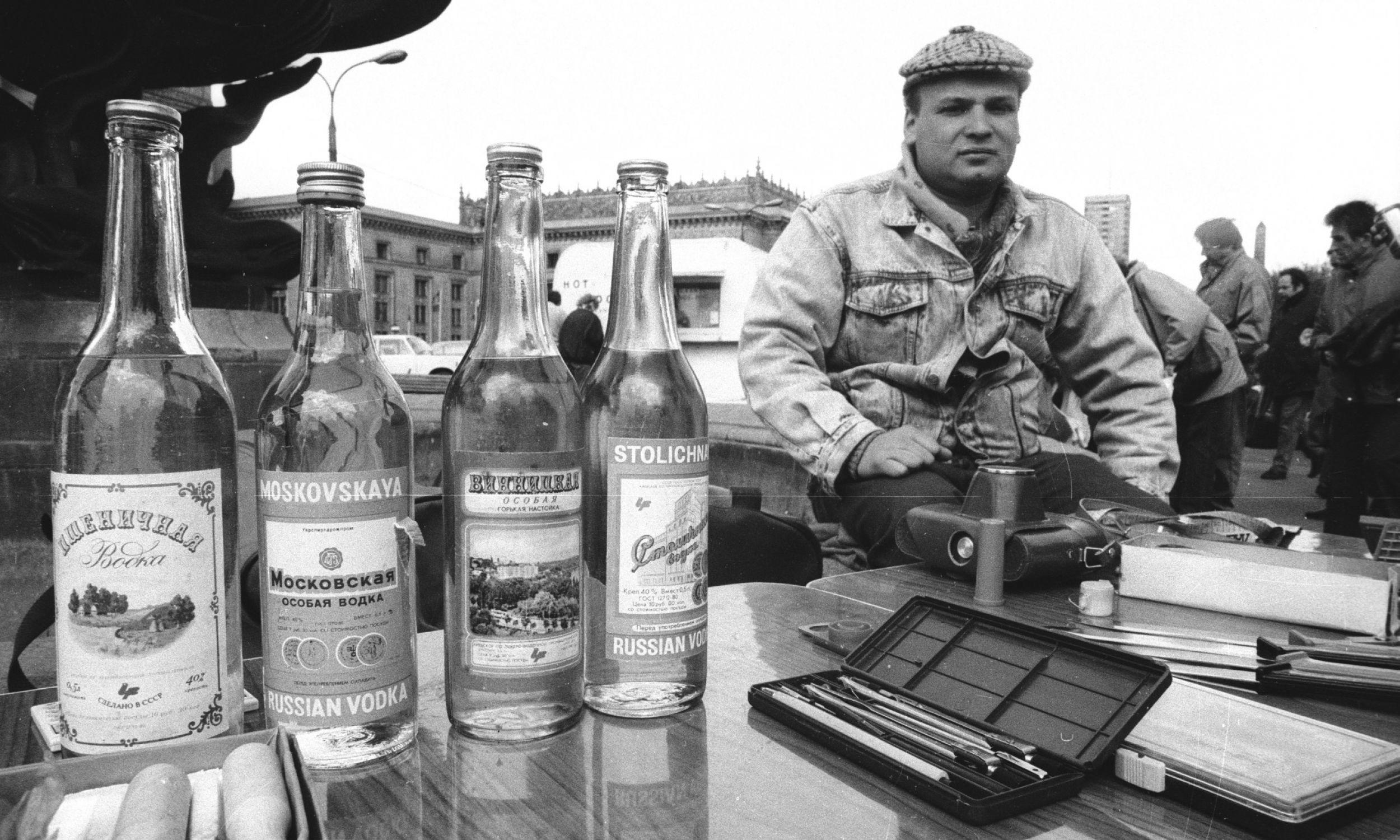 Warszawa, 18.04.1991 r. Handel przed Pałacem Kultury i Nauki. Najbardziej znane marki radzieckiej wódki: