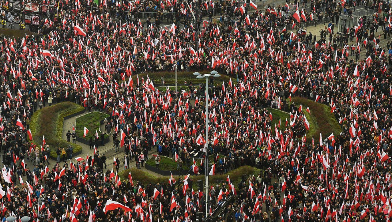Po godz. 15 ruszy Marsz Niepodległości  (fot. PAP/Radek Pietruszka)