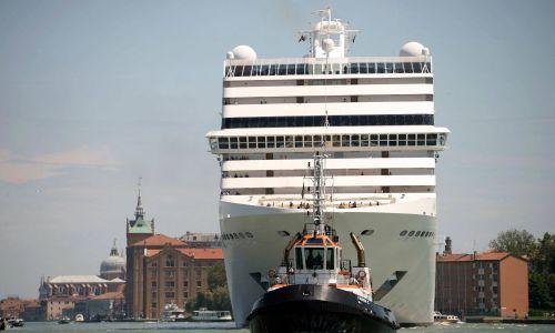 Widok ogromnych statków wycieczkowych, górujących nad starymi, weneckimi domami jest upiorny. Fot. Andrea Merola/EPA/PAP