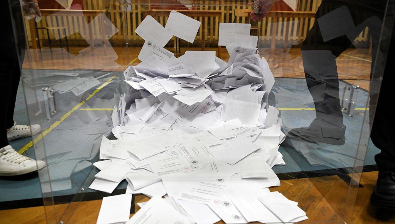 Poseł KO Mirosław Suchoń twierdzi, że przez cały dzień docierały do niego informacje o nieprawidłowościach podczas głosowania (fot. PAP/Darek Delmanowicz)
