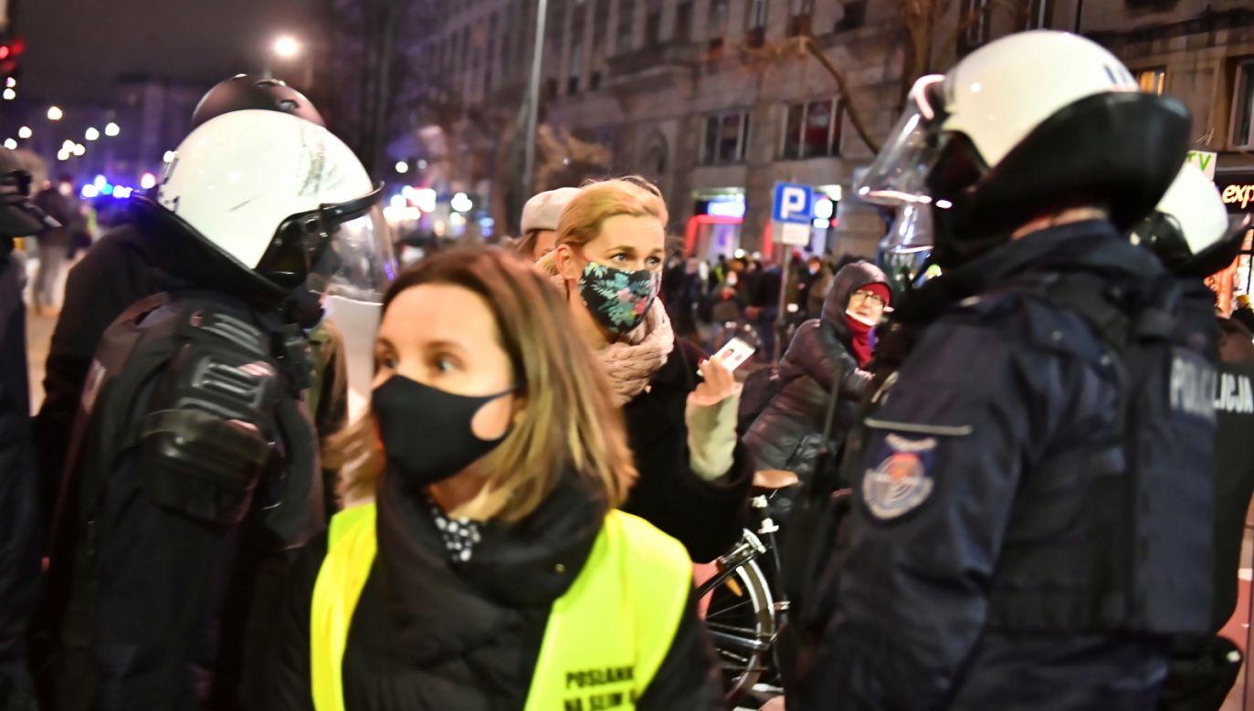 Policja podczas demonstracji Strajku Kobiet w Warszawie (fot. PAP/Andrzej Lange)