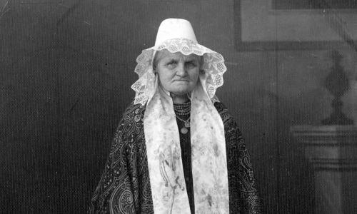 Józefa Zofia Bramowska z domu Batsch – propagatorka polskości na Śląsku, senator II RP z Narodowo-Chrześcijańskiego Zjednoczenia Pracy. Dwa razy zasiadała w Senacie, choć nigdy nie dostała się do niego bezpośrednio w wyborach. Startowała w nich w 1928 roku, jednak mandat objęła dopiero w 1929 r. po śmierci Józefa Londzina. Została też senatorem III kadencji w 1935 r., po zrzeczeniu się mandatu przez Jana Kołłątaj-Srzednickiego. Portret wykonany w Tarnowskich Górach. Fot. NAC/IKC, Pilarczyk W., sygn. 1-A-961