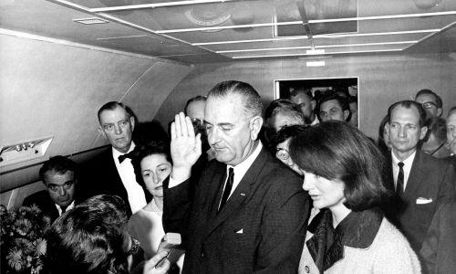 W następstwie zamachu na prezydenta USA Johna F. Kennedy'ego amerykański polityk i wiceprezydent Lyndon Baines Johnson (1908 - 1973) składa przysięgę, obejmując stanowisko 36. prezydenta Stanów Zjednoczonych. Zaprzysiężony został przez federalnego sędziego Sarah T. Hughes (1896 - 1985) w prezydenckim samolocie Air Force One w Dallas w Teksasie, 22 listopada 1963 r. Po prawej stoi wdowa po Kennedym, Jacqueline. Fot. Universal History Archive / Getty Images