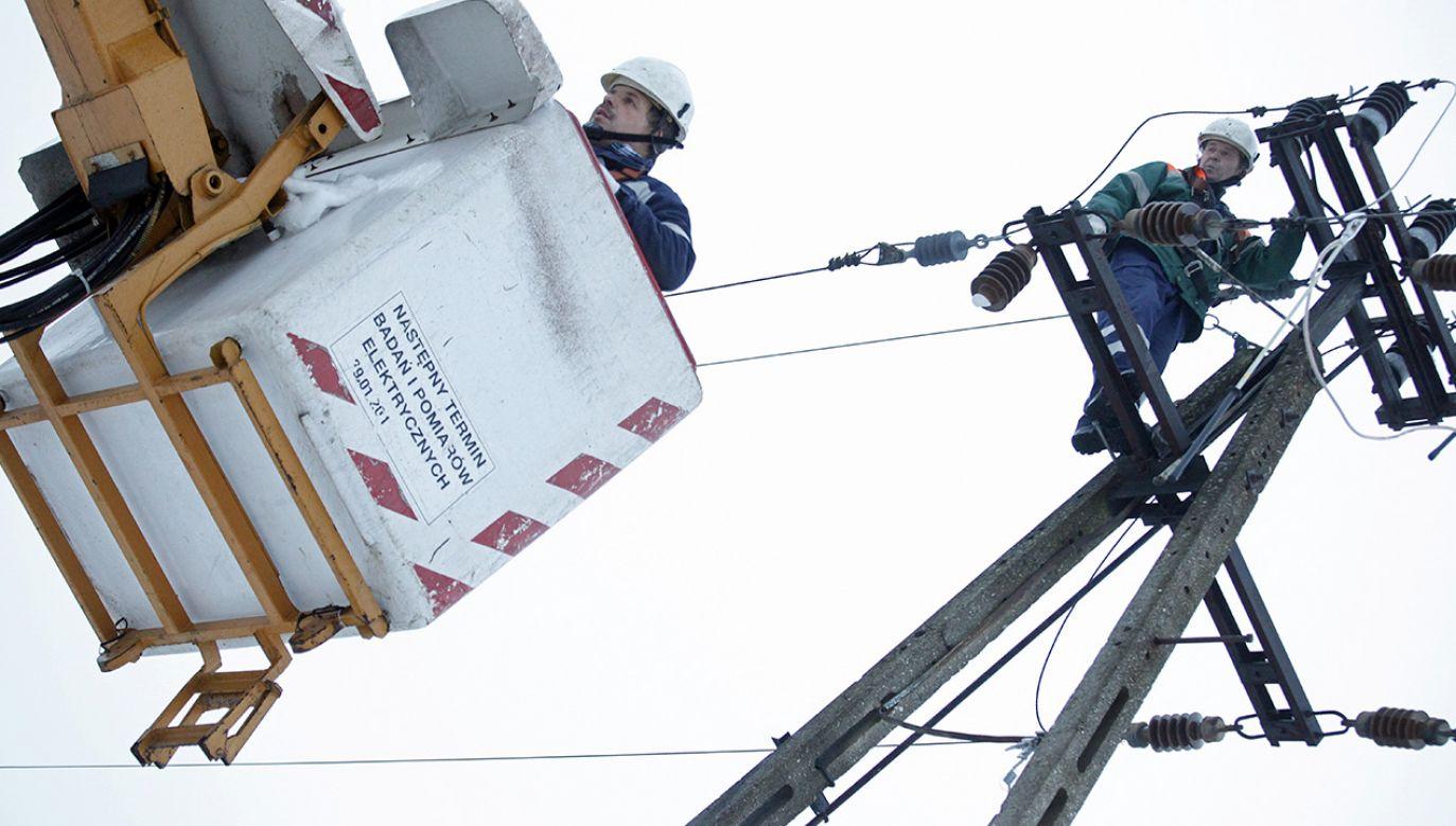 Bez dostaw prądu pozostaje około 18,4 tys. odbiorców (fot. arch.PAP/Artur Reszko)