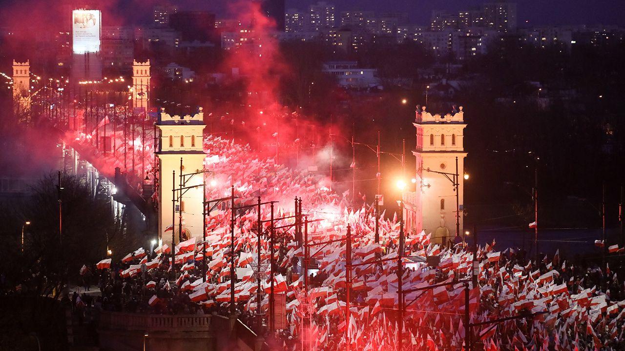 Uczestnicy Marszu Niepodległości 2017 na Moście Poniatowskiego w Warszawie (fot. PAP/Paweł Supernak)