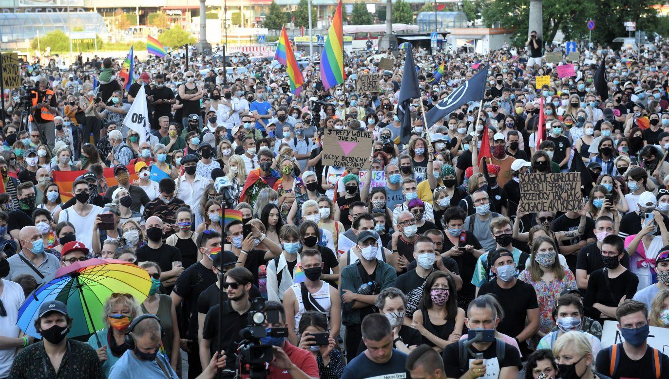 Kilkutysięczny wiec LGBT nie przeszkadzał prezydentowi Warszawy (fot. PAP/Radek Pietruszka)