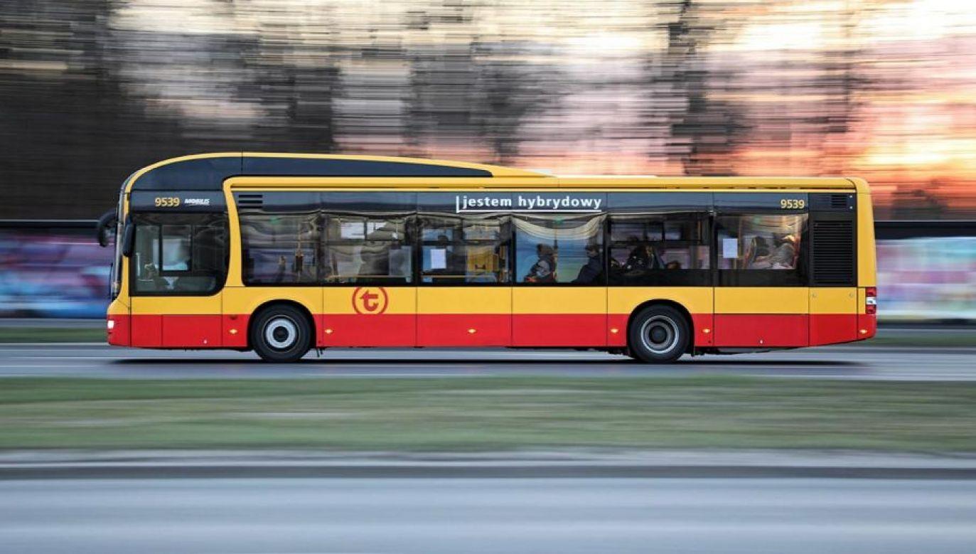 Główny Inspektor Transportu Drogowego Alvin Gajadhur podkreślił, że regularne kontrole prowadzone u przewoźników autobusowych w Warszawie wykazują duże nieprawidłowości (fot. PAP/Leszek Szymański)