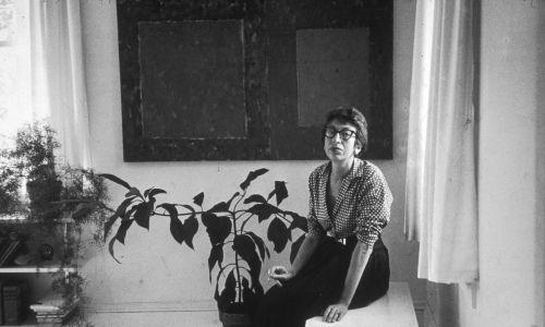 Sierpień 1953 r. Abstrakcjonistka Lee Krasner (1908 - 1984), żona artysty Jacksona Pollocka (1912-1956), w swoim domu w East Hampton w Nowym Jorku. Fot. Tony Vaccaro / Hulton Archive / Getty Images