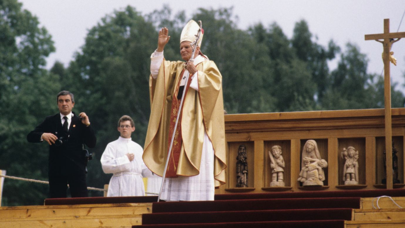 Jan Paweł II podczas mszy na kieleckim lotnisku w Masłowie 3 czerwca 1991. Fot. PAP/Wojciech Kryński