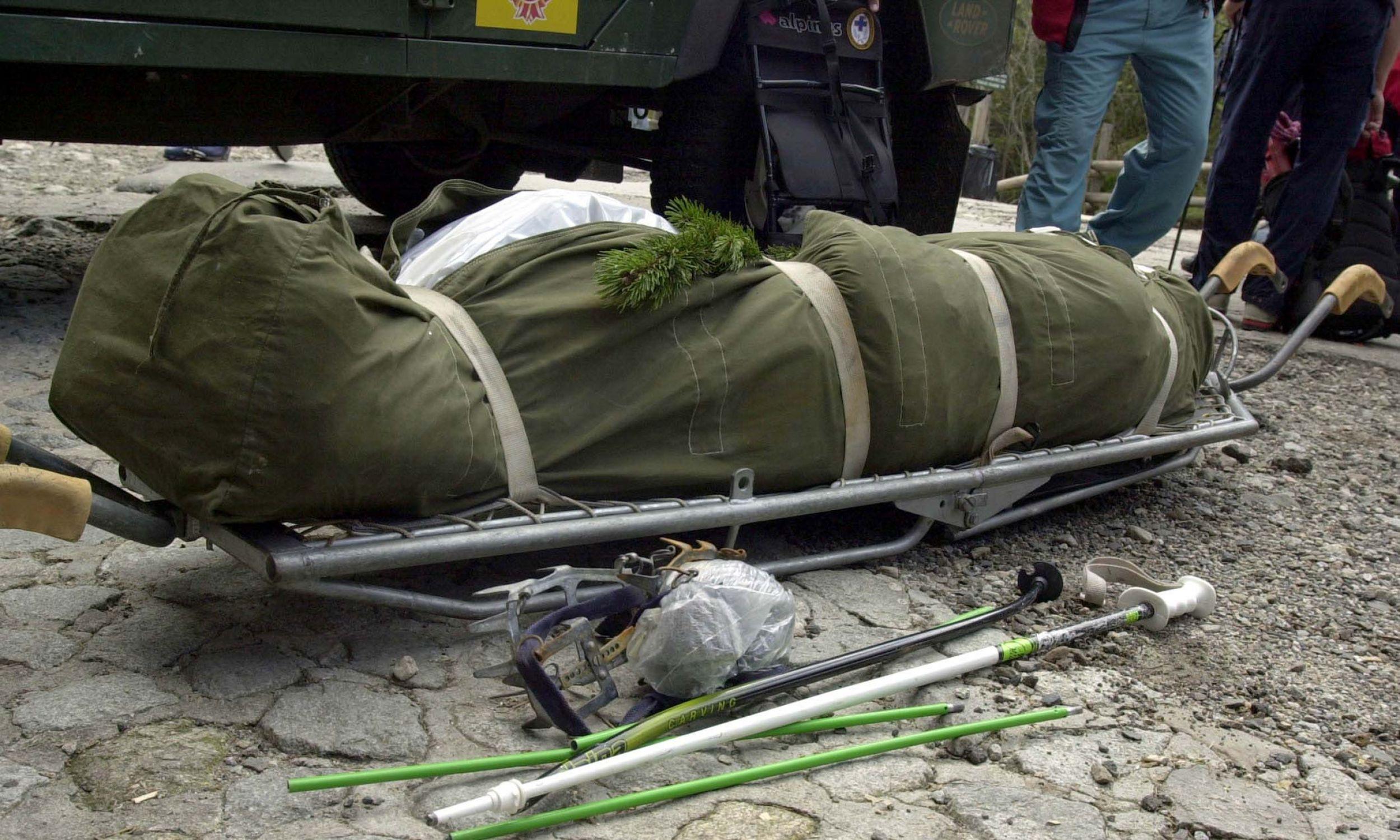 Zakopane, Morskie Oko. 13.05.2003 r. Ratownicy TOPR odnaleźli ciało Szymona Lenartowicza, jednej z ofiar lawiny pod Rysami w Tatrach. Podczas przeszukania lawiniska ratownicy natknęli się na wystający ze śniegu but z rakiem, okazało się, że jest to uczestnik tragicznej wycieczki. Fot. PAP/ Grzegorz Momot DG