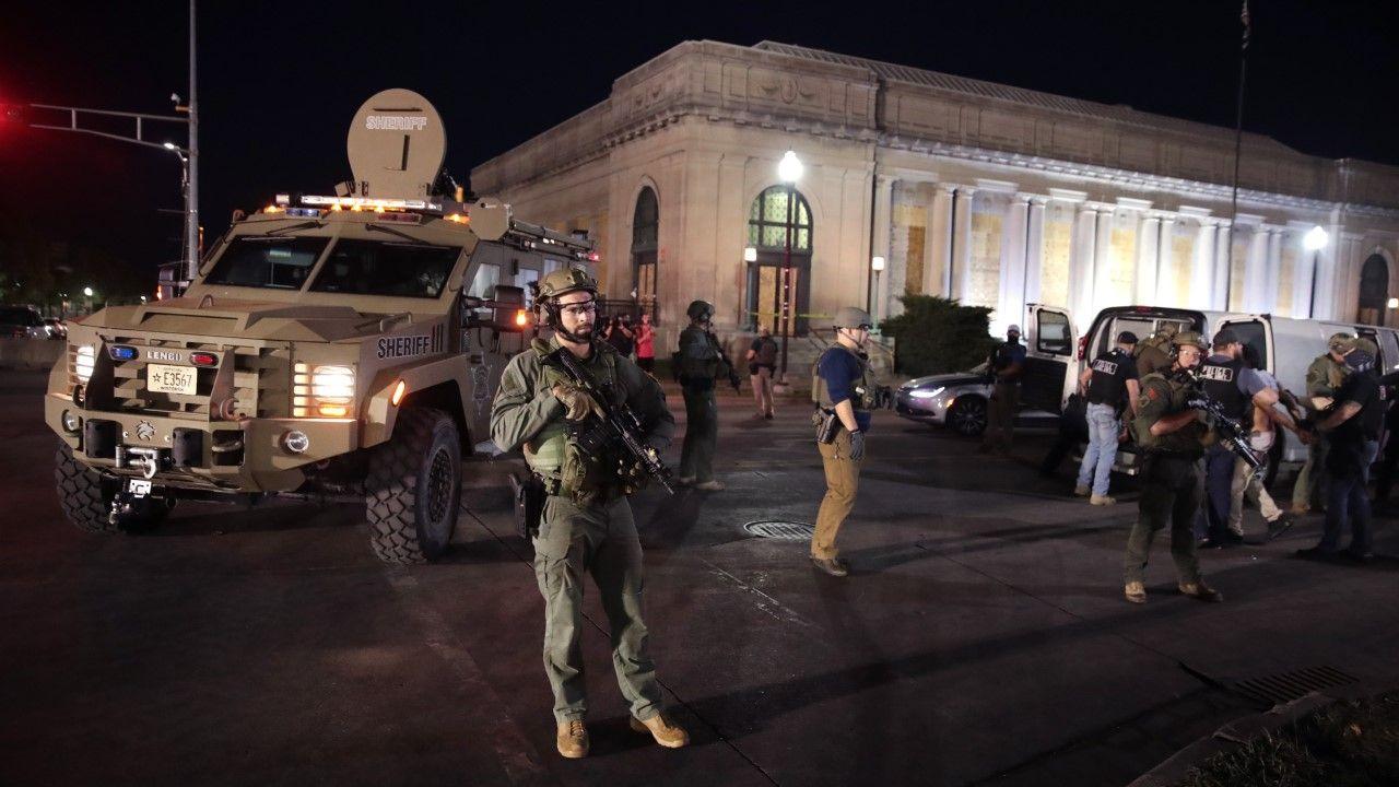 W miasteczku doszło do gwałtownych zamieszek połączonych z plądrowaniem w następstwie postrzelenia Jacoba Blake'a (fot. Scott Olson/Getty Images)