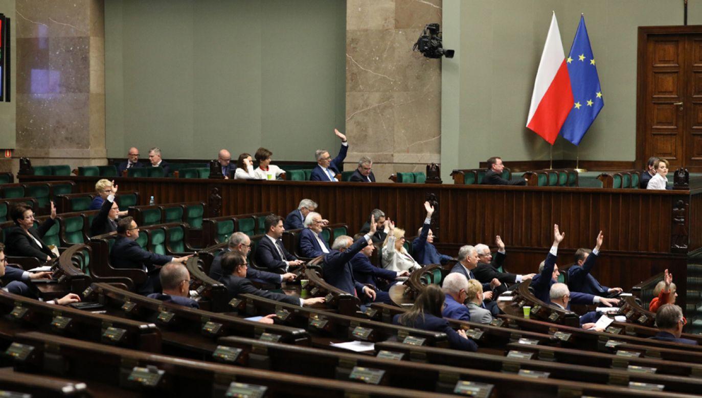 Za ustawą w trzecim czytaniu głosowało 430 posłów, 15 było przeciw, a wstrzymało się 9 (fot. Twitter/Sejm RP)