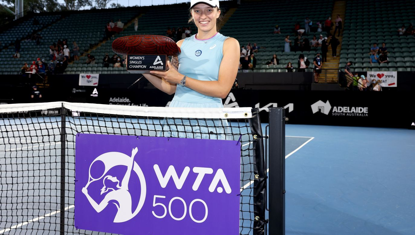 Iga Świątek with the trophy for the victory in the final of the Adelaide International WTA Tournament. Photo: PAP/EPA/JAMES ELSBY / TENNIS AUSTRALIA HANDOUT