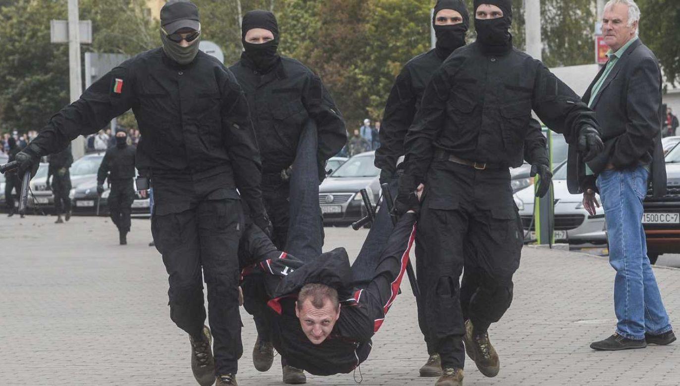 Milicjanci wyłapują opozycjonistów (fot. PAP/EPA/STR)
