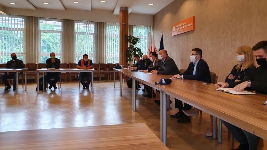 W poniedziałek 25 maja w siedzibie Oddziału GDDKiA w Krakowie odbyło się spotkanie z podwykonawcami i usługodawcami, którzy nie otrzymali od konsorcjum IDS-BUD i ALTIS-HOLDING wynagrodzenia za wykonane prace. Fot. GDDKIA Oddział w Krakowie