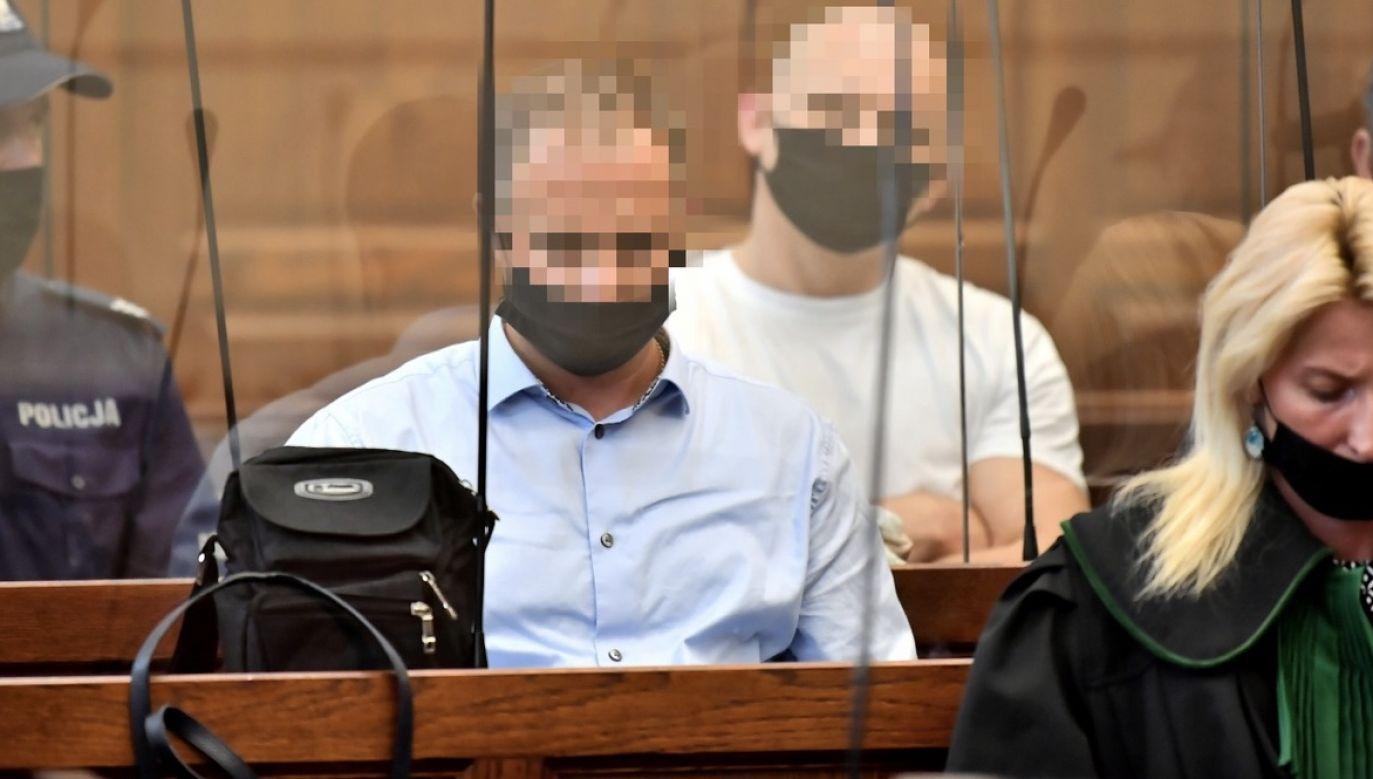 Oskarżeni Ireneusz M. (3P) i Norbert B. (2L)  na sali rozpraw we wrocławskim Sądzie Okręgowym, oskarżeni o zabójstwo 15-latki (fot. PAP/Maciej Kulczyński)