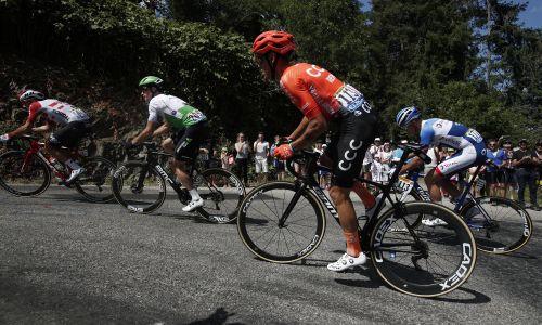 W czasie etapu z Macon do Saint-Etienne  trzeba było przejechać prawie 200 kilometrów.  Fot. GUILLAUME HORCAJUELO/EPA/PAP