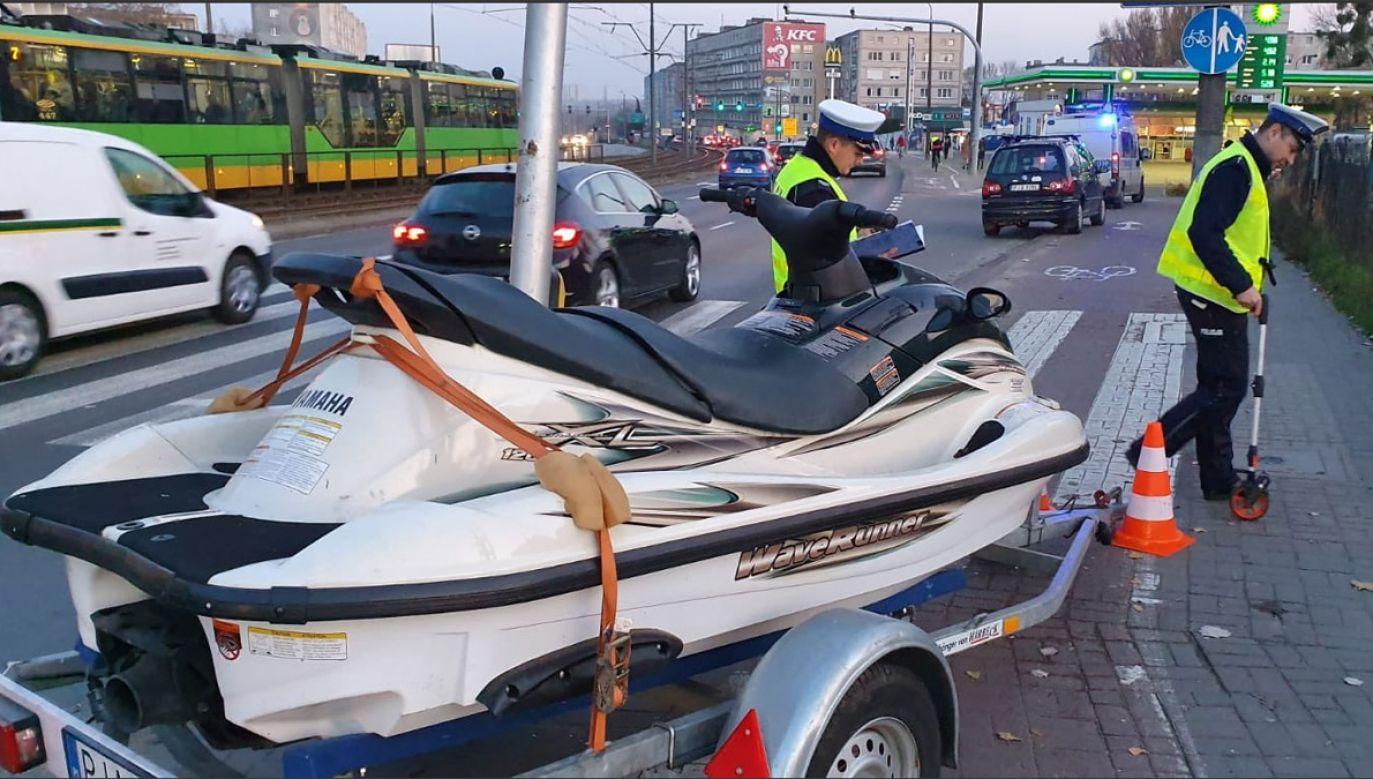 Policja ustala przyczyny usterki zapięcia przyczepy (fot. Policja Wielkopolska)