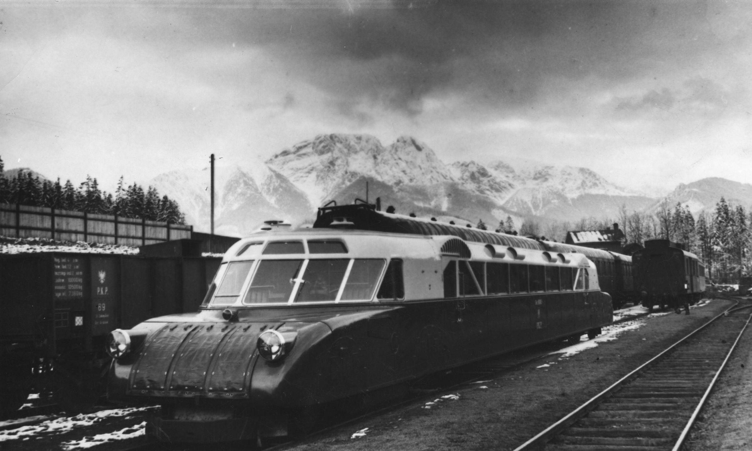 """""""Torpeda podhalańska"""" na dworcu kolejowym w Zakopanem. Na zdjęciu wagon czteroosiowy """"luxtorpeda"""" Nr 90080. W tle widoczny Giewont. 1936. Fot. NAC/IKC, sygn. 1-G-2970"""