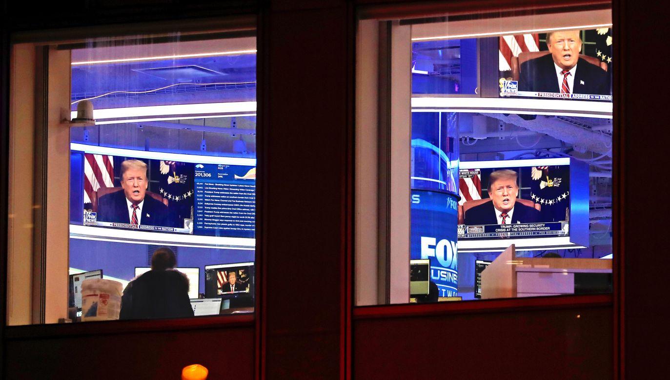 Prezydent Donald Trump na ekranach monitorów w studiu Fox News na nowojorskim Manhattanie. Fot. PAP/EPA/PETER FOLEY