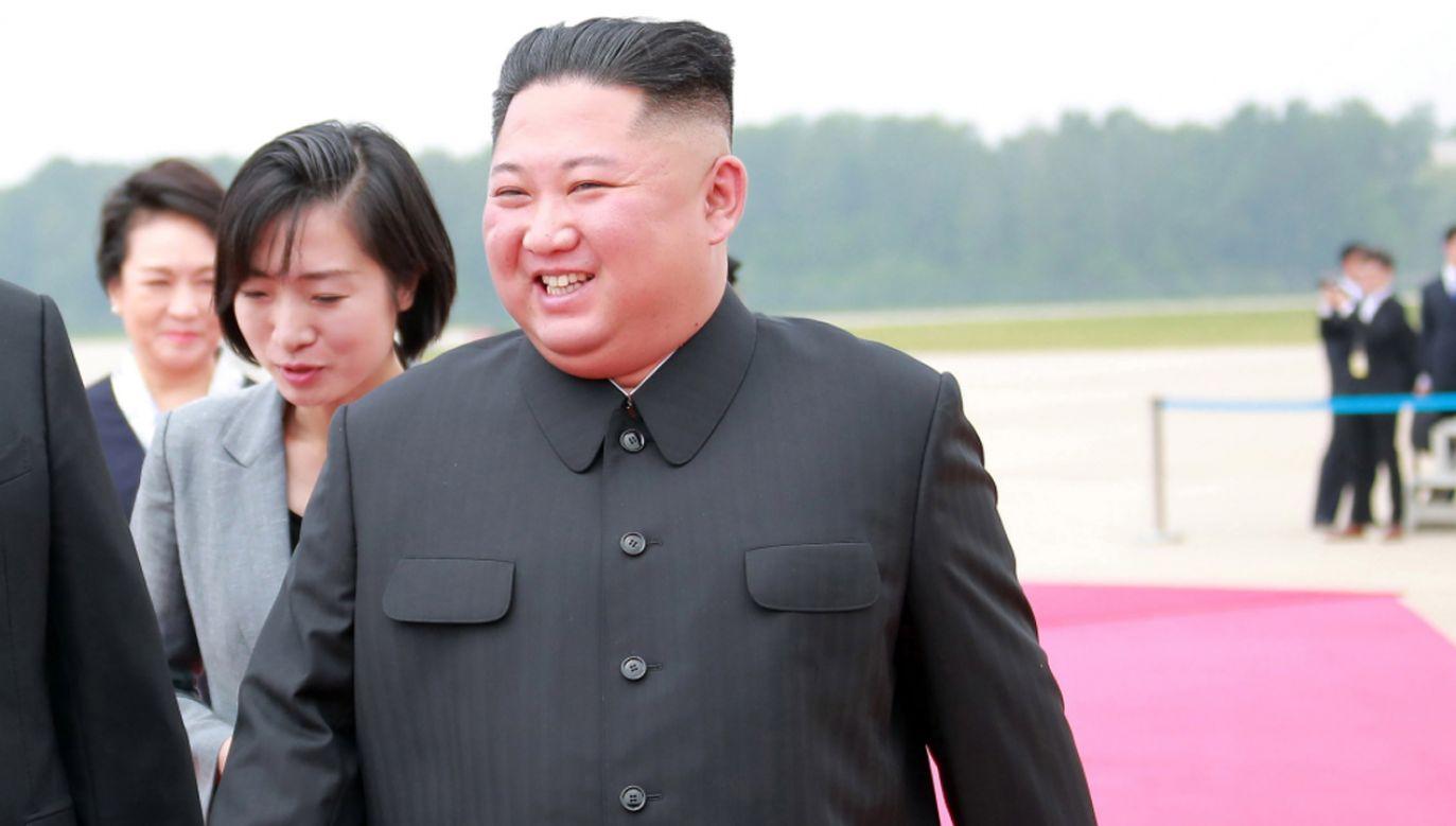 Według KCNA Kim dong Un  wyraził satysfakcję z doskonałej treści listu  (fot. PAP/EPA/KCNA)