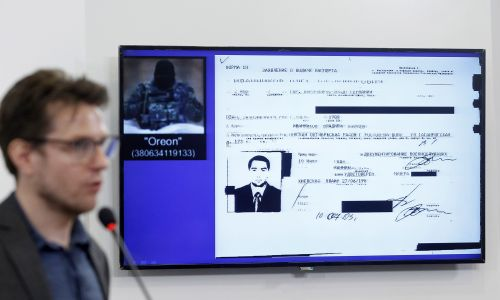 Pieter van Huis, holenderski dziennikarz śledczy mówi o nowych szczegółach dochodzenia ws. MH-17 podczas prezentacji efektów śledztwa grupy Bellingcat w sprawie samolotu Malaysia Airlines, zestrzelonego przez separatystów prorosyjskich we wschodniej Ukrainie. Lipiec 2019 . For. Pavlo Gonchar / SOPA Images / LightRocket via Getty Images