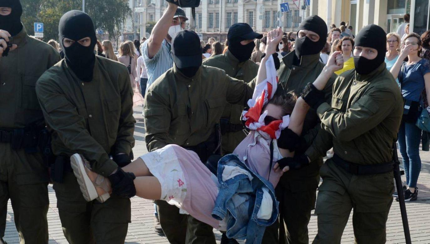 Zamiast wywiadu z ministrem zdrowia, telewizja zaczęła pokazywać kadry z rozpędzania protestów (fot. PAP/EPA/STR)