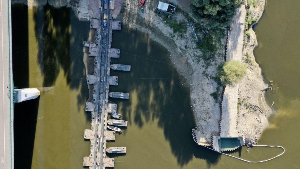 Czajka. Budowa mostu pontonowego na Wiśle (fot. PAP/Leszek Szymański)
